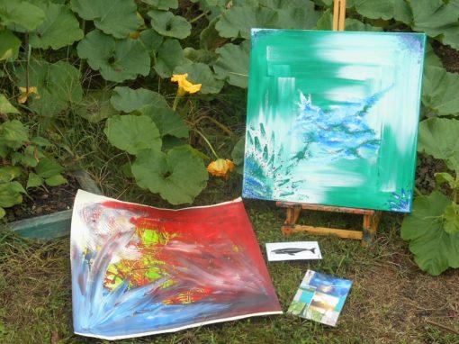 alt='Schilderijen geposeerd in de tuin tijdens de jaarcursus ''/>